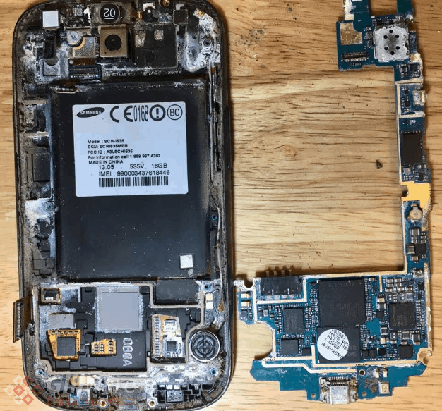 Breaking down the Samsung Galaxy S3 revealed plenty of rust and corrosion all over the phone.